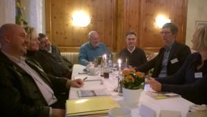 Dr. Peter Ahmels, Joachim Lück und Katharian Hübl vom Bürgerdialog Stromnetz und Vertreter der BI Leinburg