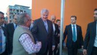 Horst Seehofer spricht mit einem Bürger und schüttelt ihm dabei die Hand